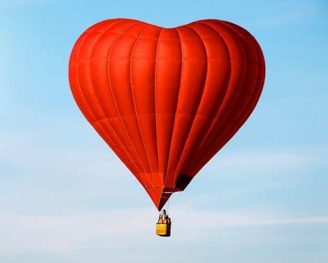 полет на воздушном шаре в форме сердца
